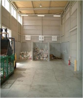 古紙回収工場内